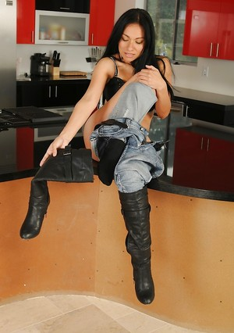 Latina in Jeans Pics